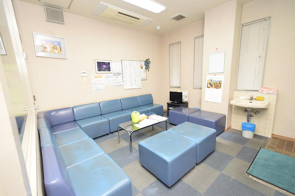 透析の患者さま専用の待合室です。一般外来とは離れています。更衣室もあります